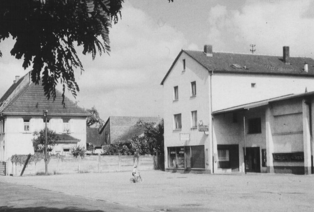1960 - Das Apothekengebäude nach dessen Erweiterung