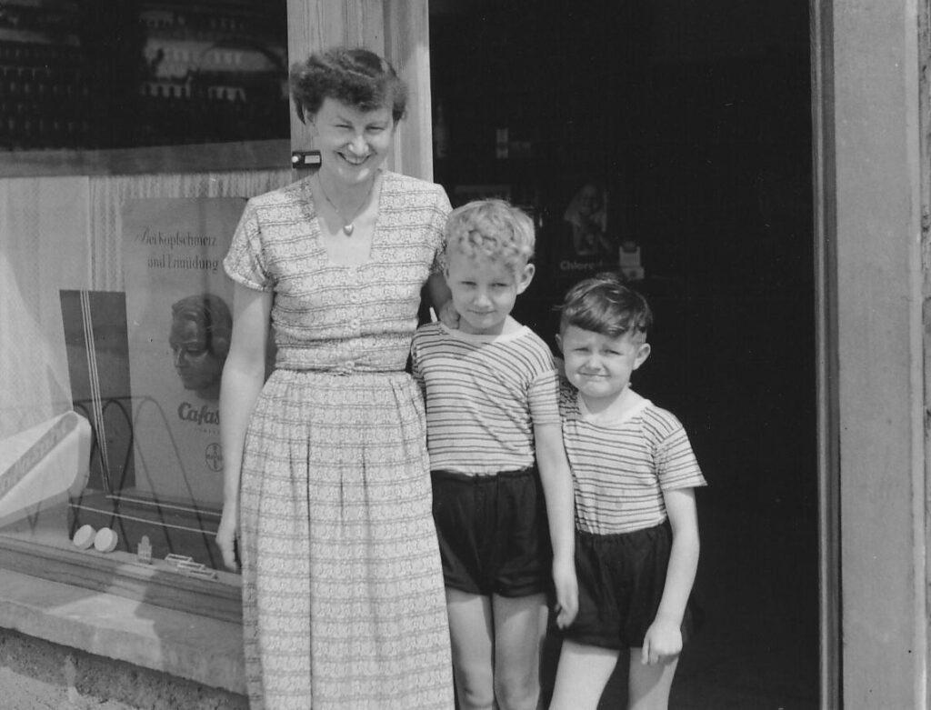 1952 - Frau Ruth Ober mit ihren Söhnen Wolf-Dieter und Christian